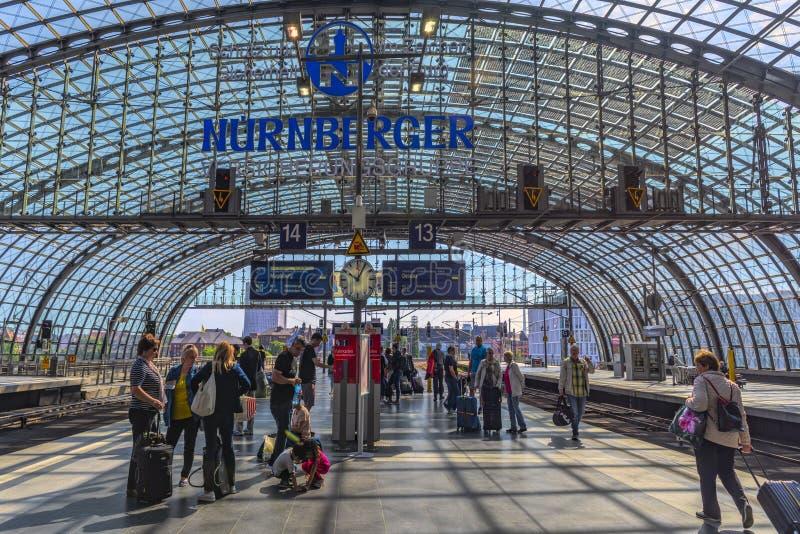 Берлин, Германия, 23th может, 2018 Взгляд от платформы, от главного вокзала и своей конструкции, и ждать путешественники стоковое изображение rf
