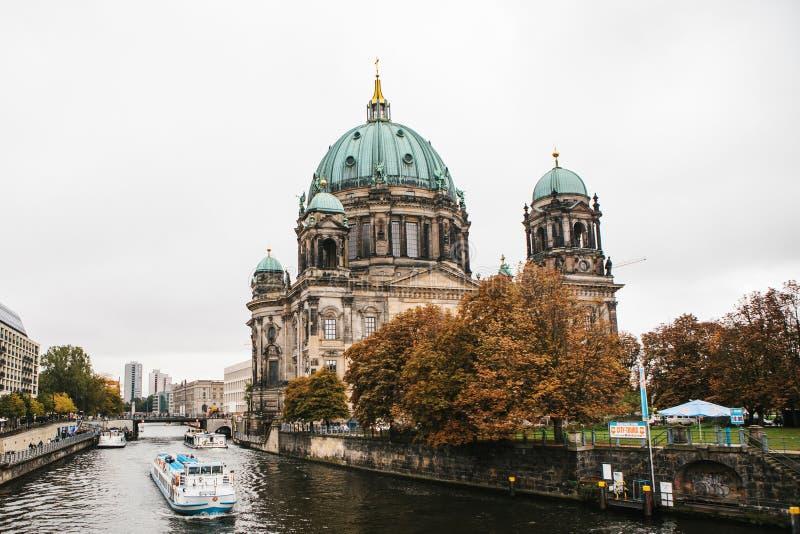 Берлин, 1-ое октября 2017: Здание dom берлинца собора Берлина красивое старое с Green Dome рядом с оживлением реки стоковая фотография