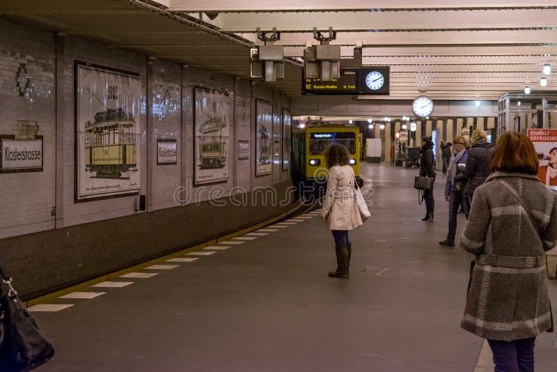 БЕРЛИН - 20-ОЕ ОКТЯБРЯ 2016: Люди на станции метро Klosterstrasse стоковые изображения rf