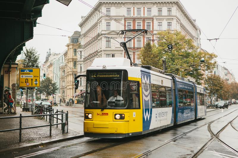 Берлин, 2-ое октября 2017: Общественный транспорт города в Германии Красивый черный и желтый поезд остановил на стопе на стоковое фото rf