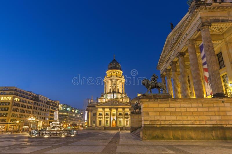 Берлин - церковь Dom Deutscher и квадрат Gendarmenmarkt и дом концерта на сумраке стоковые изображения