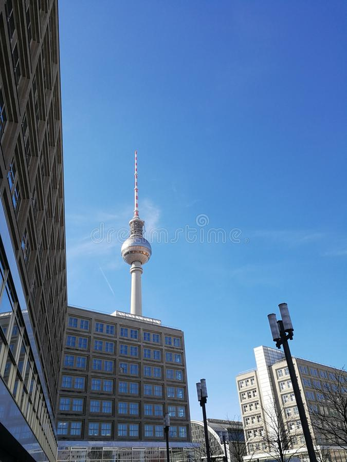 Берлин Fernsehturm, башня телевидения стоковое изображение rf