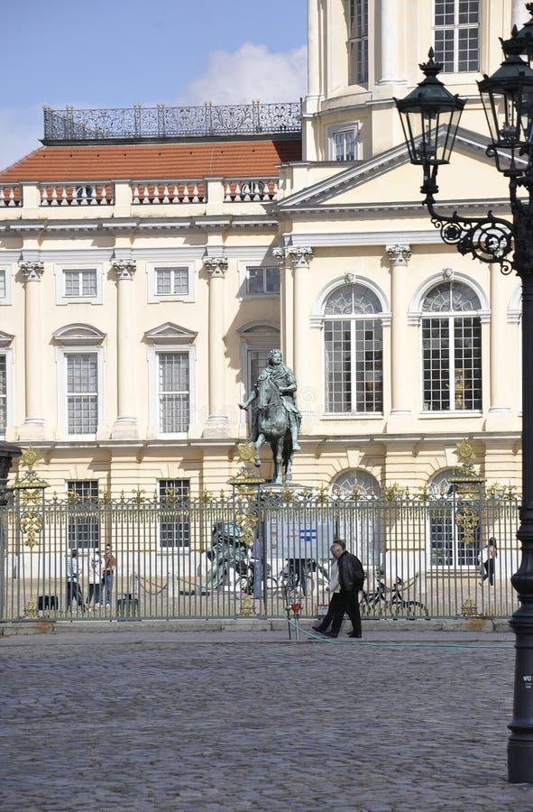 Берлин, Германия 27-ое августа: Freidrich Wilhelm на фронте статуи лошади дворца Charlottenburg от Берлина в Германии стоковая фотография