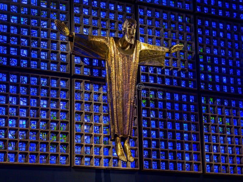 Берлин, Германия - 16-ое января 2014: Интерьер здания мемориальной церков Kaiser Wilhelm современного Распятый Иисус Христос, arc стоковые изображения rf
