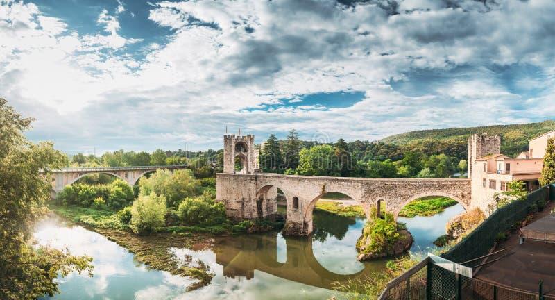 Бесалу, Жирона, Каталония, Испания Знаменитый Старый Средневековый Романескский Мост Бесалу Над Рекой Флувия В Облаке стоковое изображение rf