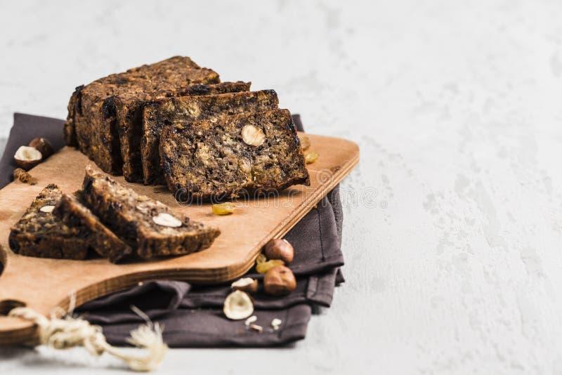 Бесглютеновый хлеб с ореховым орехом и семенами льняков на деревянной  стоковое изображение