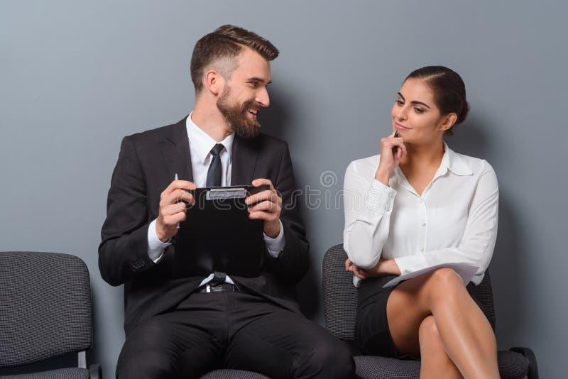 Беседа 2 безработных о планах стоковые изображения rf