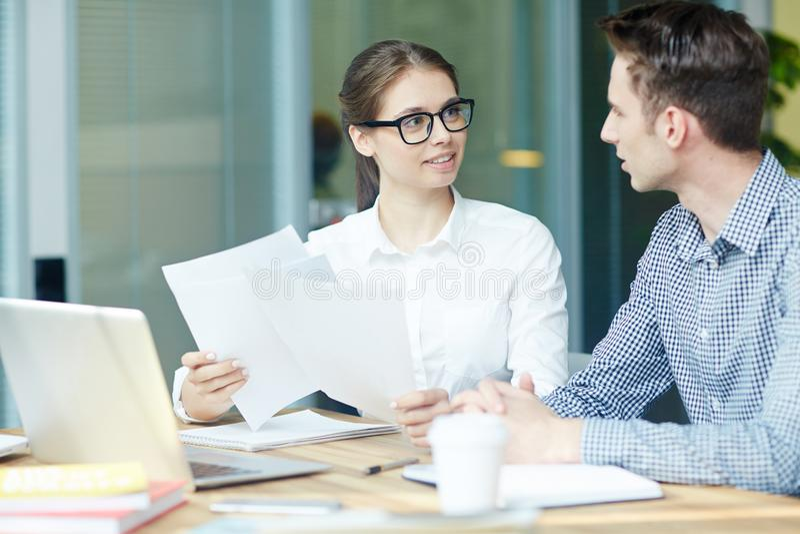 Беседа бухгалтеров стоковое фото