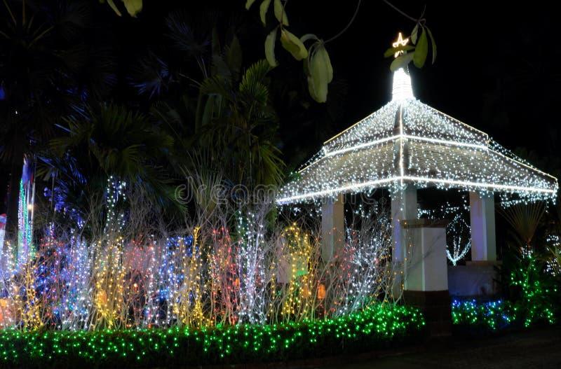 Беседка украшенная с сериями светов рождества Декоративное освещение r стоковые изображения