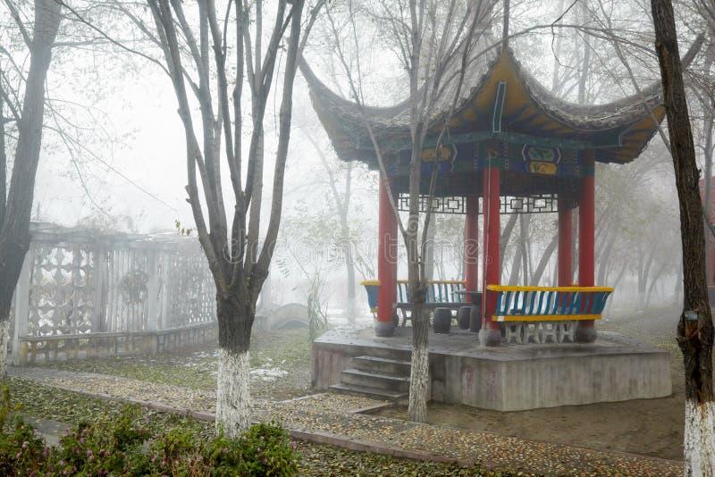 Беседк-пагода в парке осени стоковые фотографии rf