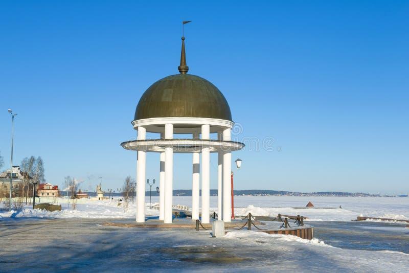 Беседк-ротонда на обваловке озера Онег, дня в феврале Петрозаводск, Россия стоковое фото