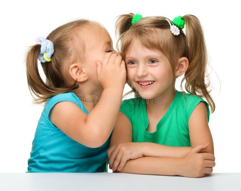 беседуя девушки немного 2 стоковое фото rf