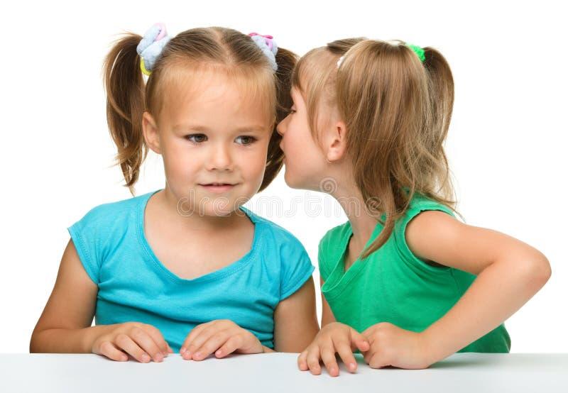 беседуя девушки немного 2 стоковые изображения