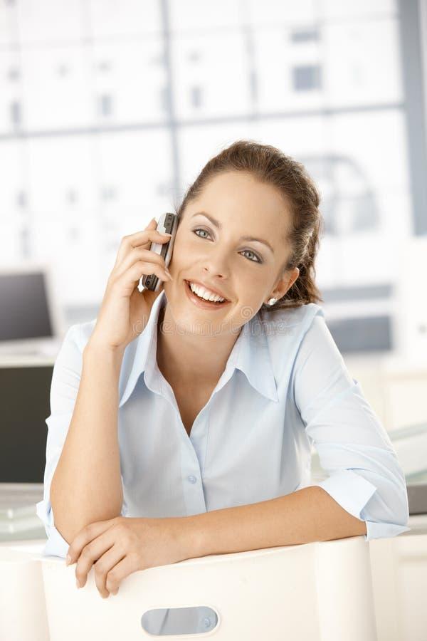 беседуя женские детеныши передвижного офиса сидя стоковая фотография rf