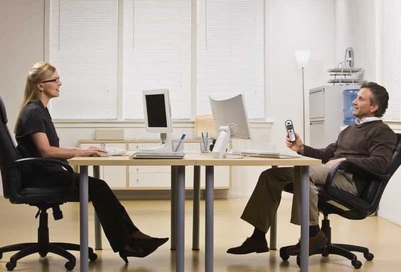 беседуя женщина офиса человека стоковая фотография