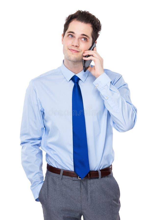 Беседа бизнесмена к мобильному телефону стоковая фотография