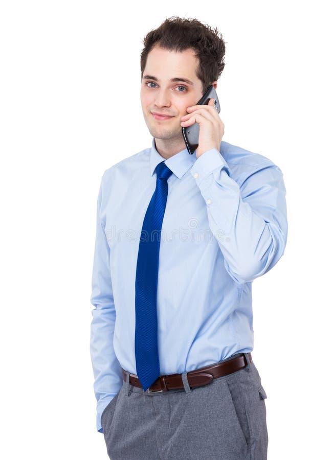 Беседа бизнесмена к мобильному телефону стоковая фотография rf