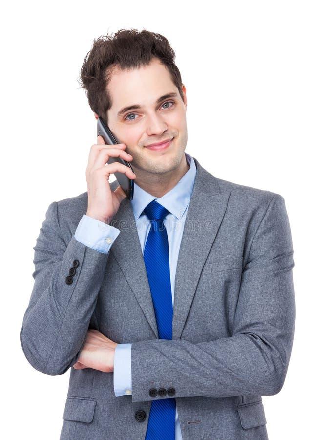 Беседа бизнесмена к мобильному телефону стоковые изображения
