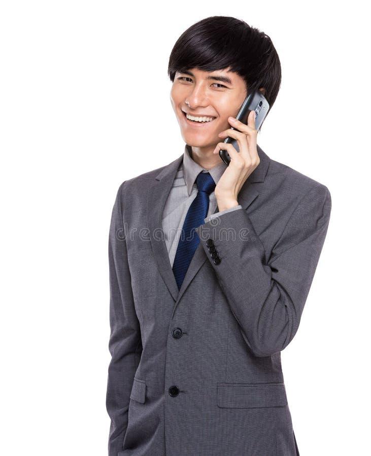 Беседа бизнесмена на мобильном телефоне стоковые изображения rf