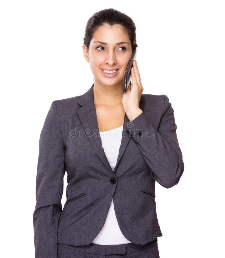 Беседа бизнес-леди к мобильному телефону стоковое фото rf
