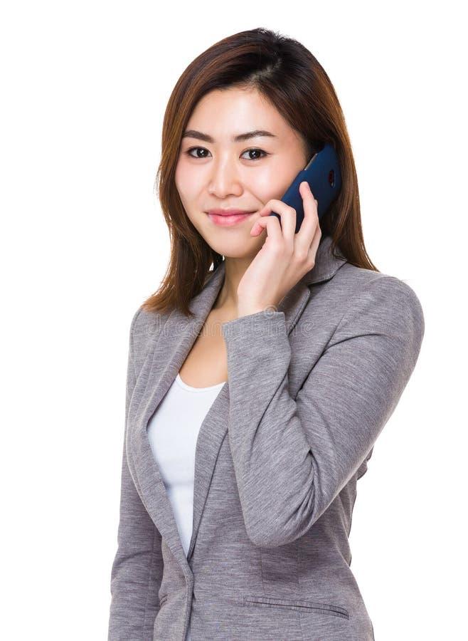 Беседа женщины дела к мобильному телефону стоковые фото