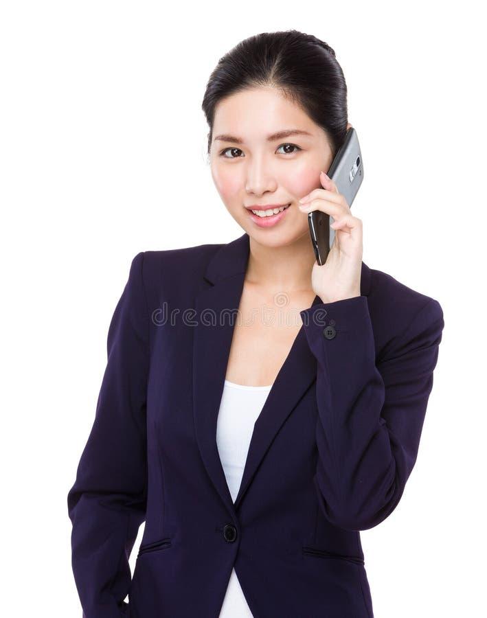 Беседа коммерсантки к мобильному телефону стоковая фотография rf
