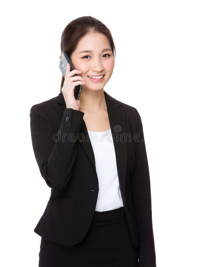 Беседа коммерсантки к мобильному телефону стоковые фотографии rf