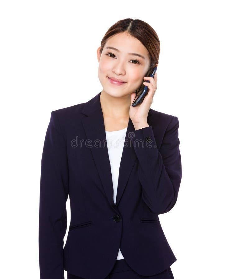 Беседа коммерсантки к мобильному телефону стоковые изображения rf