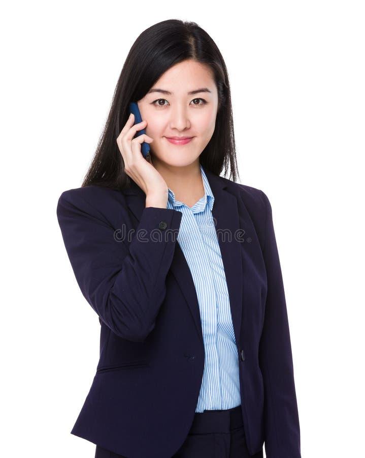 Беседа коммерсантки к мобильному телефону стоковые фото