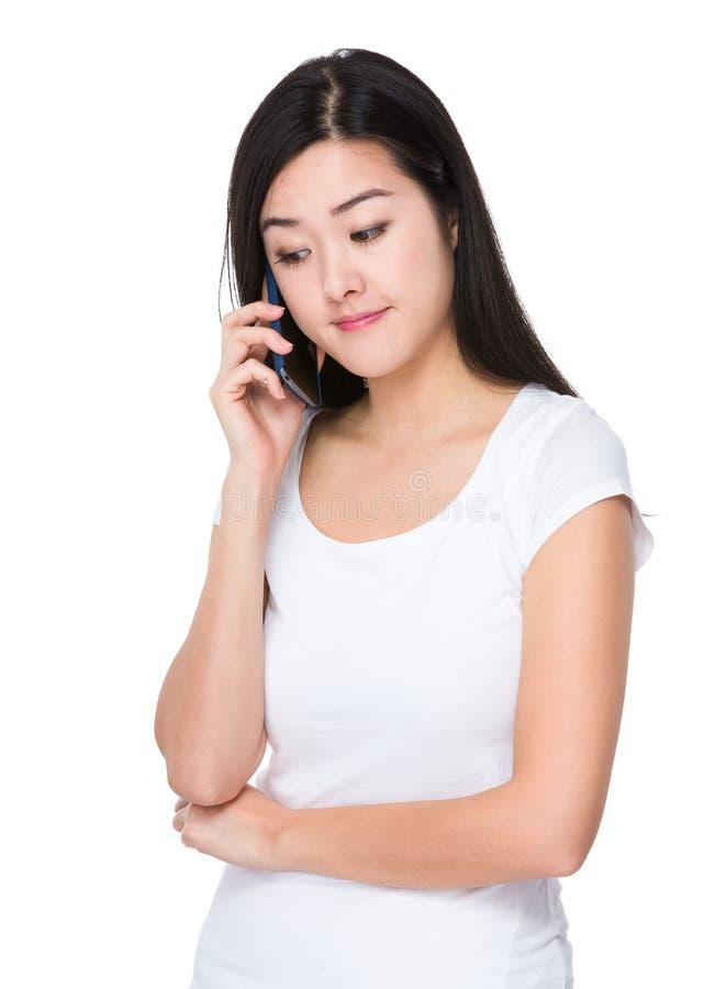 Беседа молодой женщины к мобильному телефону стоковое фото rf