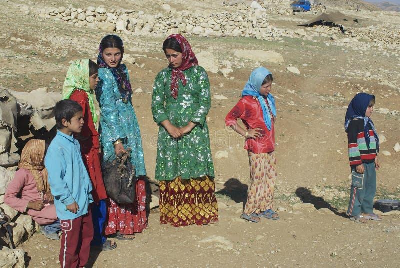 Беседа молодых женщин около Isfahan, Иран стоковые фото