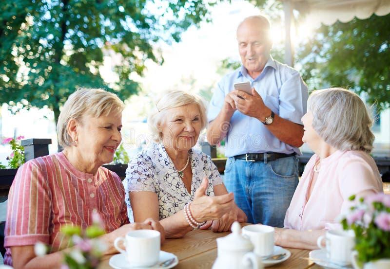 Беседа старшиев стоковое изображение rf