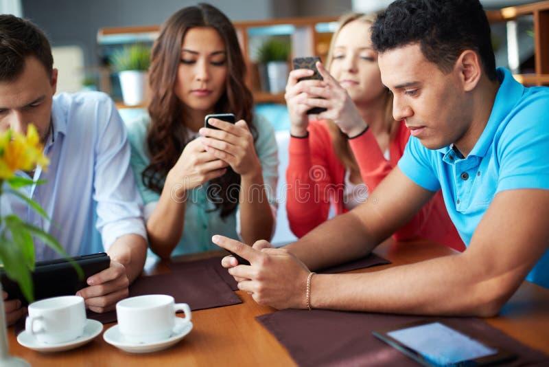 Беседовать в smartphones стоковое изображение