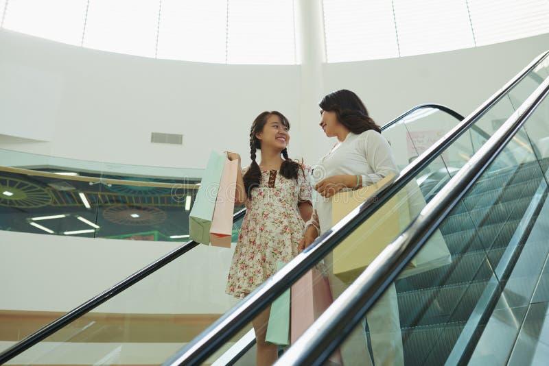 Беседовать на эскалаторе стоковое фото