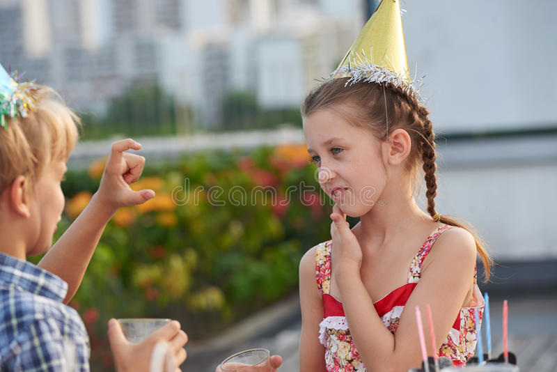 Беседовать с другом на вечеринке по случаю дня рождения стоковая фотография rf