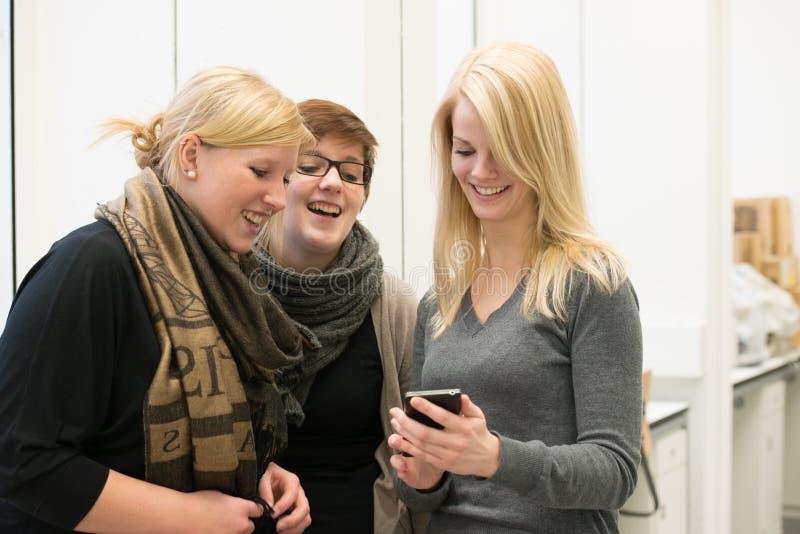 Беседуя студенты стоковая фотография