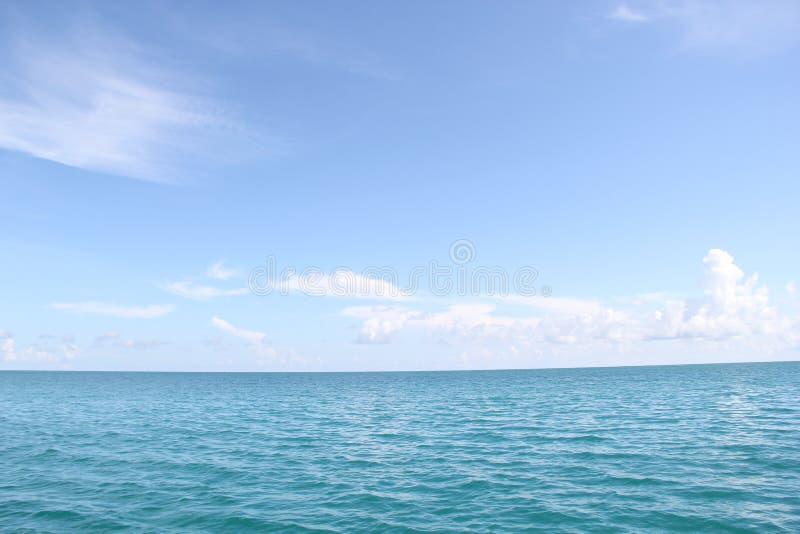 Бесконечные море и небо стоковое изображение