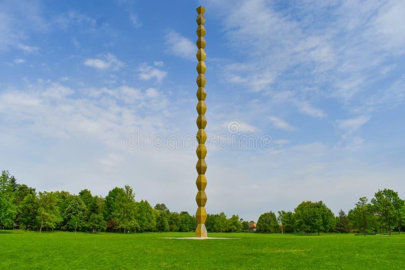 Бесконечный столбец или столбец безграничности в центральном парке от Targu Jiu в летнем дне Бесконечные столбец или Coloana стоковое фото