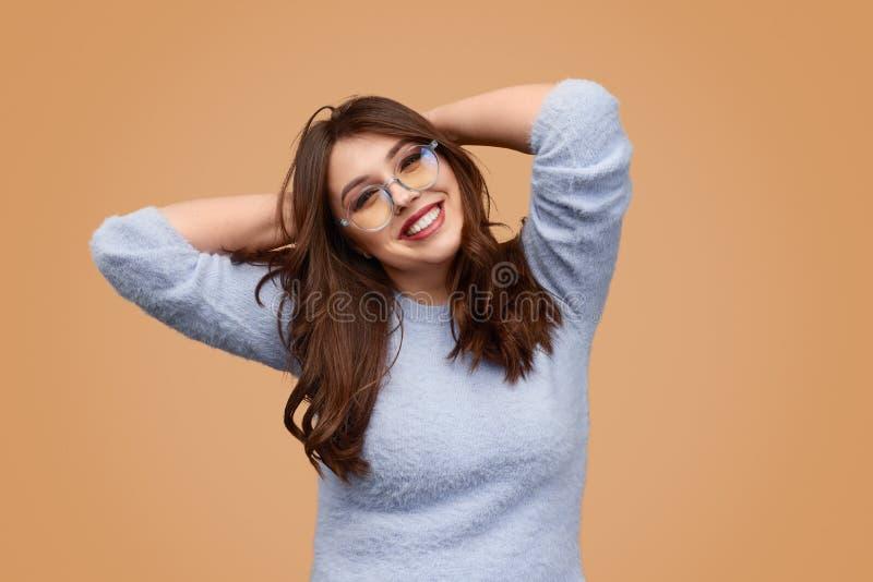Беспечальная пухлая женщина касаясь волосам стоковые фотографии rf
