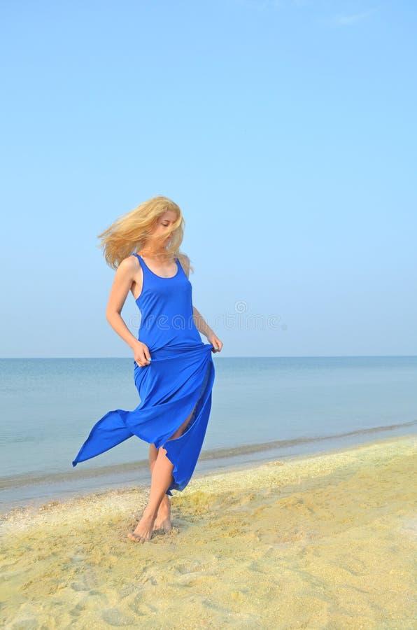 Беспечальные танцы женщины на пляже стоковые фотографии rf