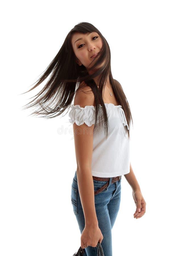 беспечальные flicking детеныши женщины волос стоковые фотографии rf