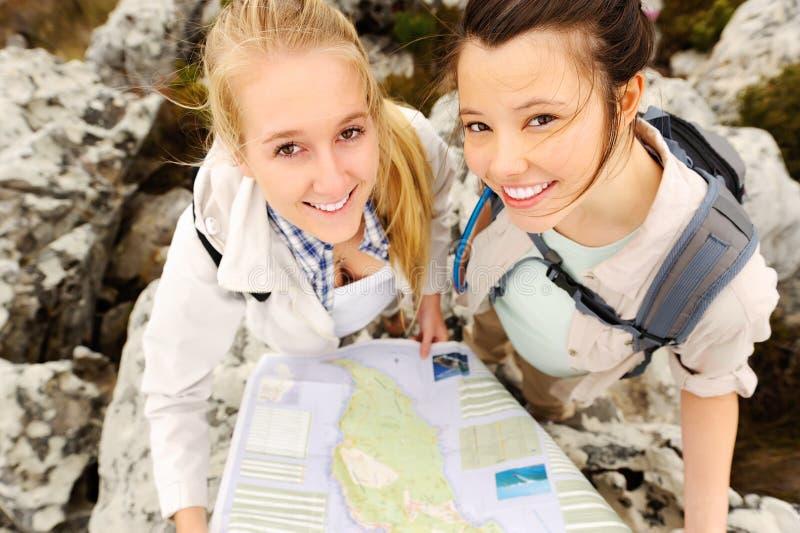 Беспечальные hikers с картой стоковые фотографии rf