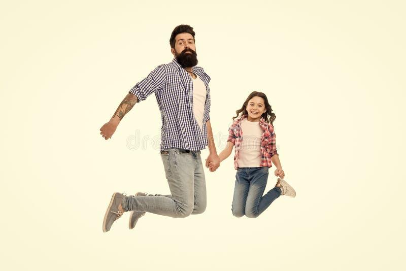 Беспечальный и счастливый Идти сумасшедший совместно Отец и дочь имея потеху Лучшие други ребенка и отца Родительство и стоковые фотографии rf