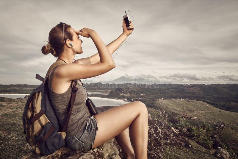Беспечальный счастливый путешественник женщины с рюкзаком делает само--portrai стоковое изображение