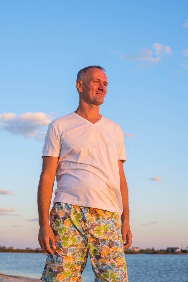 Беспечальный усмехаясь человек на пляже стоковое фото
