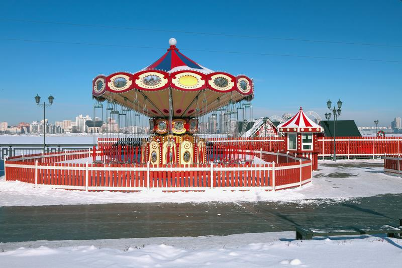 Бесполезная карусель в зиме kazan Россия стоковое изображение