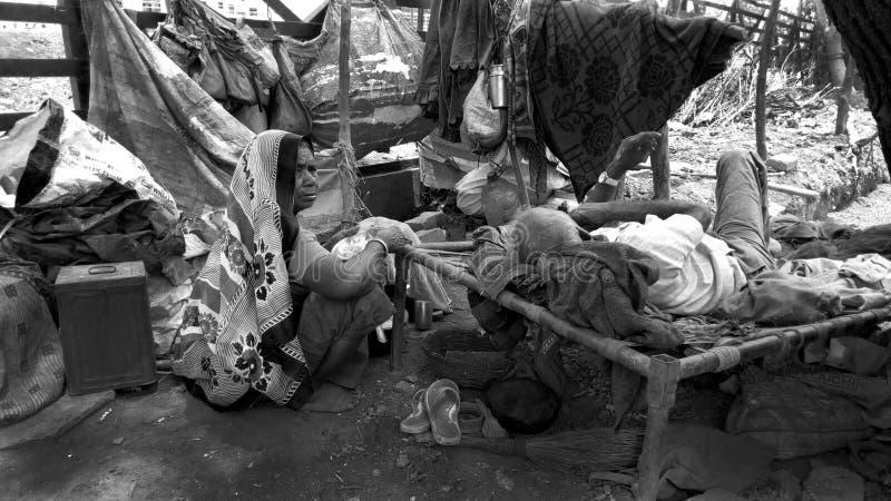 Беспомощная малоимущая семья живя на стороне дороги Никакое тело нет там позаботиться об они Супруг и жена на их старости живя са стоковые изображения