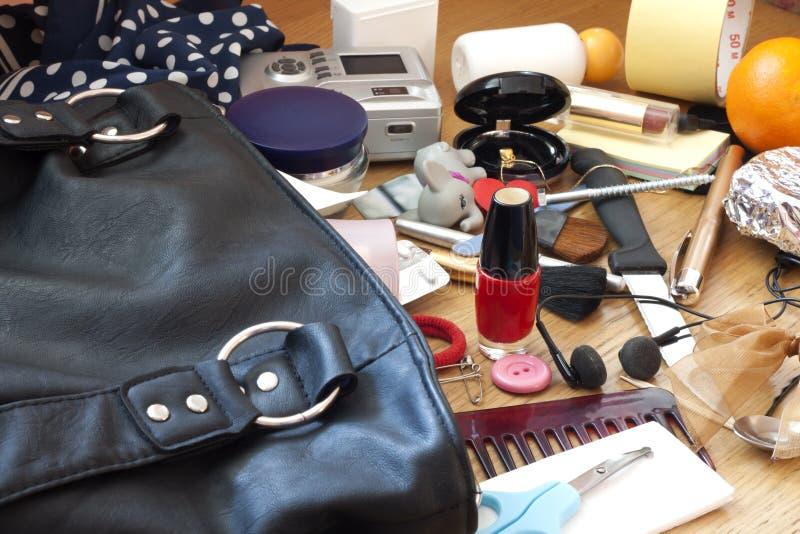 Беспорядок в сумке женщины стоковое изображение rf