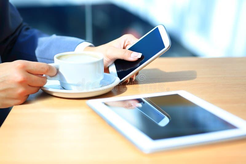 Беспристрастное изображение молодой женщины используя планшет стоковые фотографии rf
