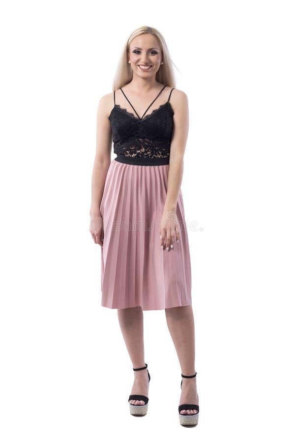 Беспристрастное фото молодой стильной милой белокурой женщины в усмехаться моды лета стоковое изображение